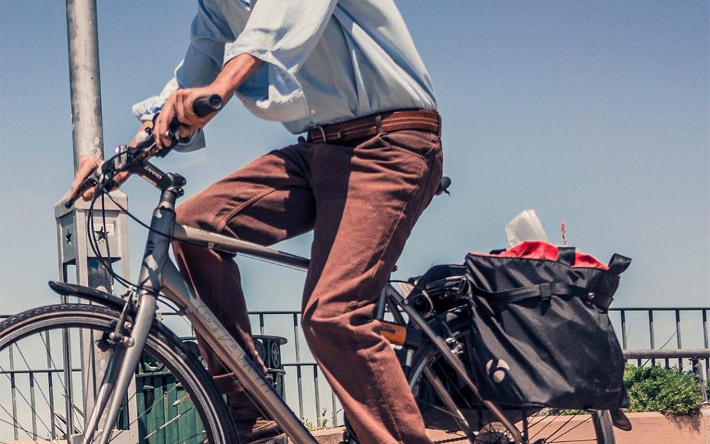 Radfahrer mit Fahrradtasche hinten