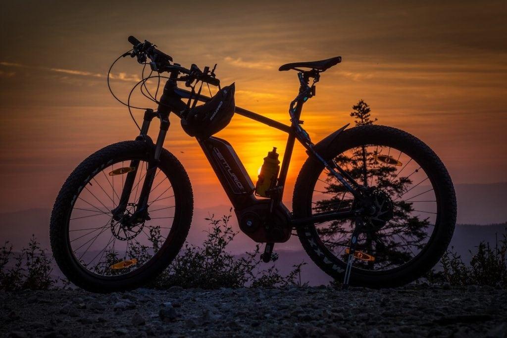E-Mountainbike im Sonnenuntergang