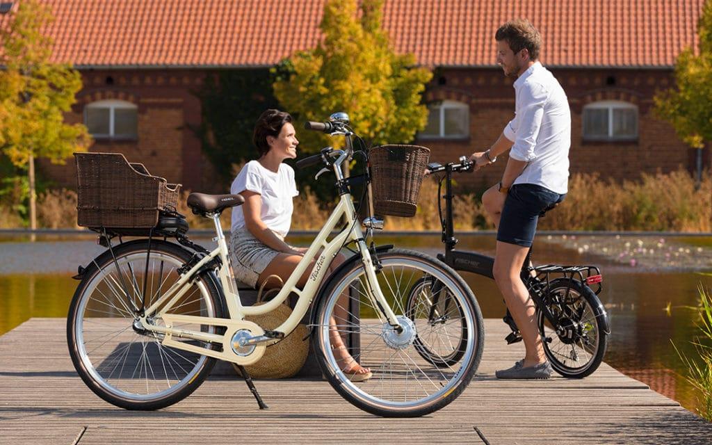 Dame und Herr mit Fischer E-Bikes am Steg