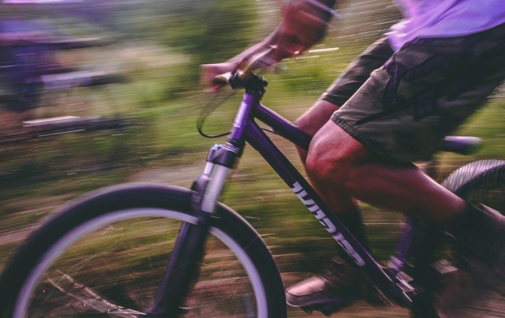 Mountainbiker mit Herren-Fahrradhose Loose Cut