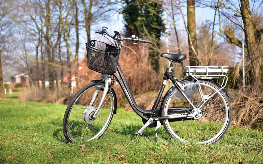 E-Bike City Rad mit Korb am Wegesrand