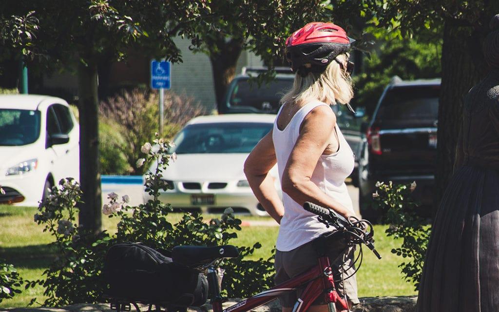 Ältere Frau im Radoutfit im Park