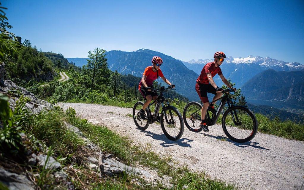 Paar mit KTM E-Bikes in den Bergen