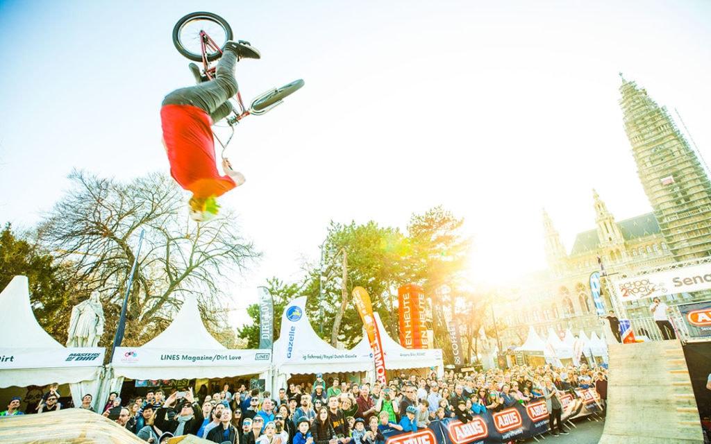 Biker am Bikefestival Wien vor Zuschauer