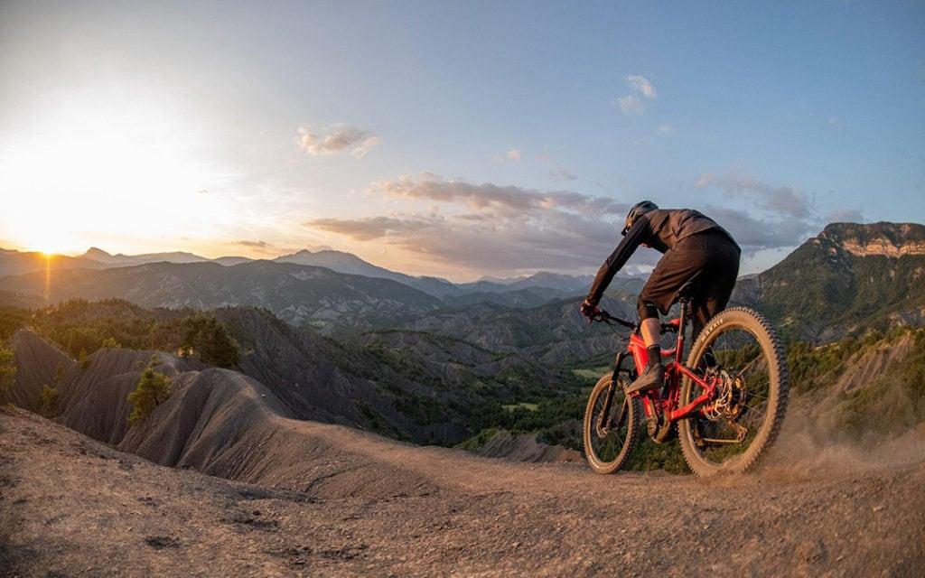 Giant E-Biker in den Bergen im Sonnenuntergang