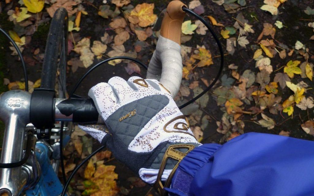 Fahrradhandschuhe im Herbst